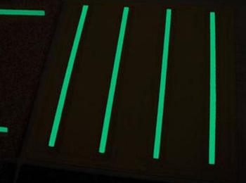 ゴム製タイルに樹脂チッコウを付加。停電時の通路誘導表示に役立ちます。