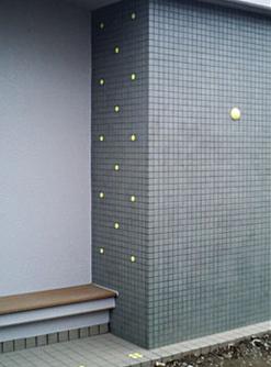 大学前バス停(福井県) φ31mm、壁面:ドーム型φ100mm