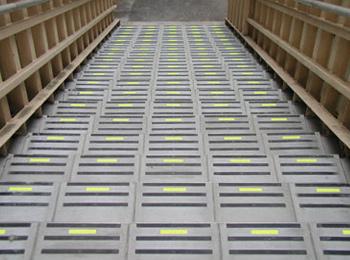歩道橋(東京都) セラチッコウ入りノンスリップタイル セラチッコウ:W90×H17mm