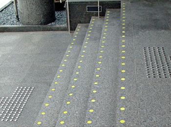 県立博物館 正面玄関(福井県) φ42mm、ステンレス鋲 JSK-2(旧型)