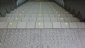 地下駐車場 出入口階段(福井県) φ42mm、セラチッコウ鋲 JTK-2L(YG)、JHKC-1L(YG)